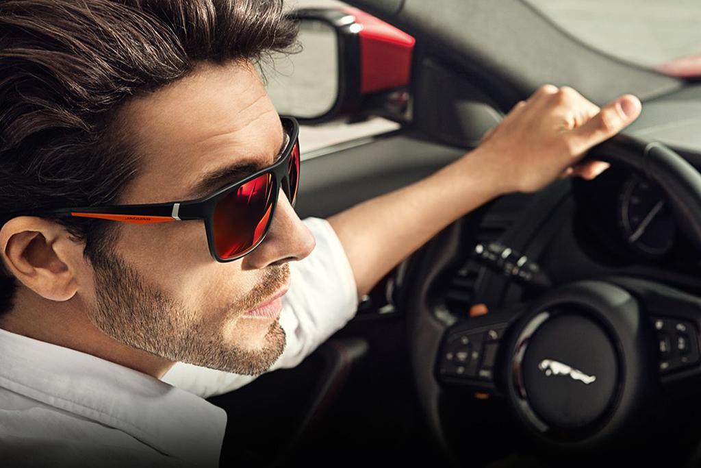 фото мужчина боком за рулем в очках дусти